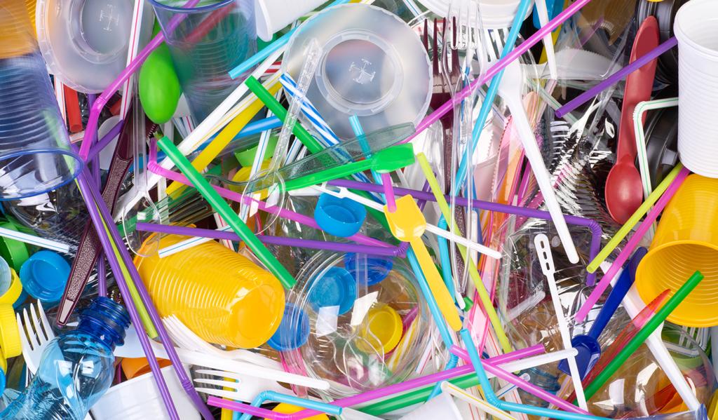 Plastikowe sztućce, słomki, kubki - Dyrektywa plastikowa UE - na czym polega