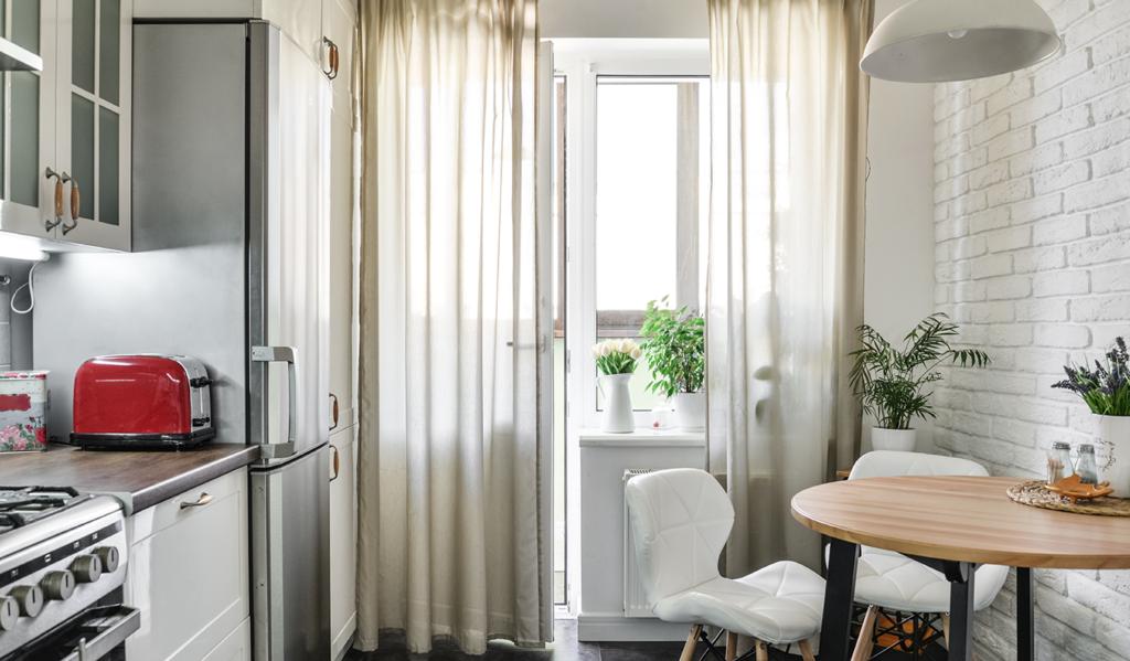 Jasne kolory optycznie powiększają przestrzeń – Jak zorganizować się w małej kuchni?