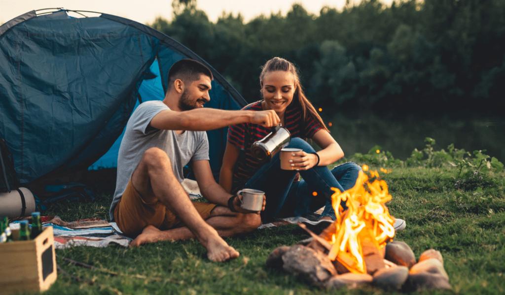 Kobieta i mężczyzna spędzający czas na kempingu – Co zabrać ze sobą na kemping?